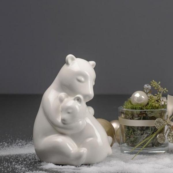 Eisbär Benita mit Baby umarmend von Tiziano